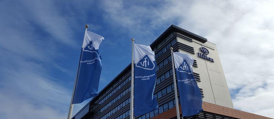 Fánar VFÍ við hótel Nordica